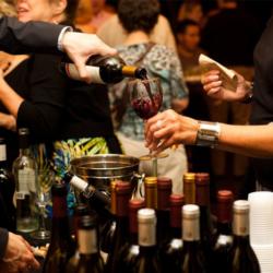 Μπορεί τα οφέλη του οίνου στην υγεία να είναι περισσότερα όταν πίνεις με φίλους;